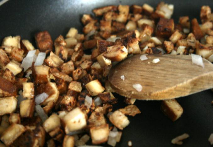 Riesenzucchini mit Nudel-Tofu-Füllung