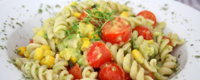 Avocado-Pasta mit Tomaten-Mais