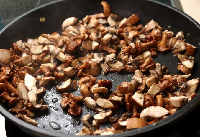 Stangenspargel mit Pilzen